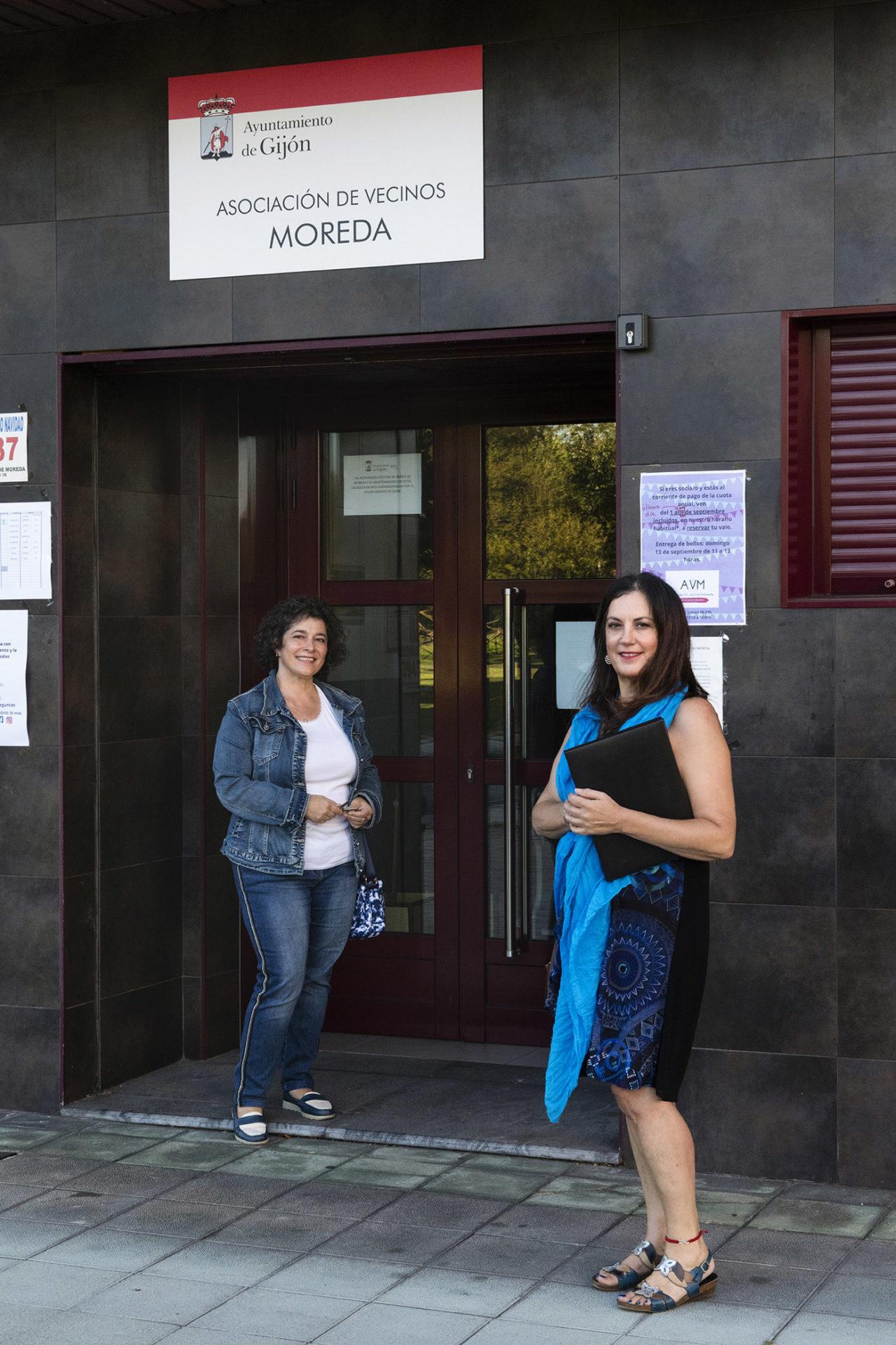 Charo Blanco (izda) a la entrada de la oficina de la asociación de vecinos (Kike Llamas)