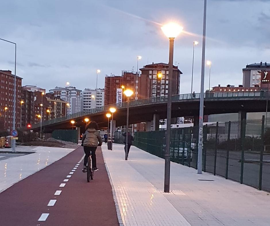 Paso peatonal a la estación Sanz Crespo, con el nuevo carril bici