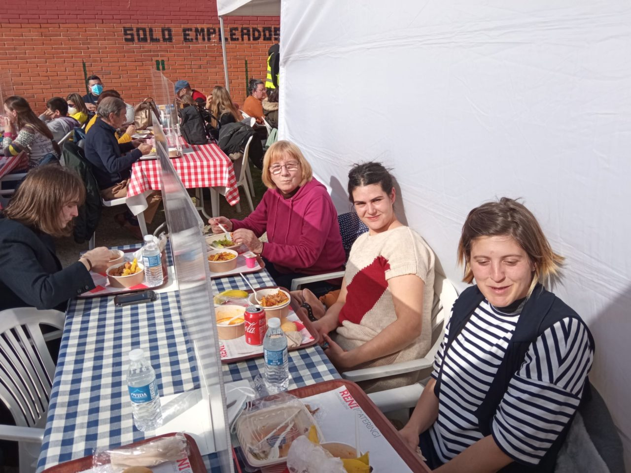Por la izquierda, Chelo Espina, Susana Folgueiras y Bárbara Galán en la carpa acondicionada para la comida