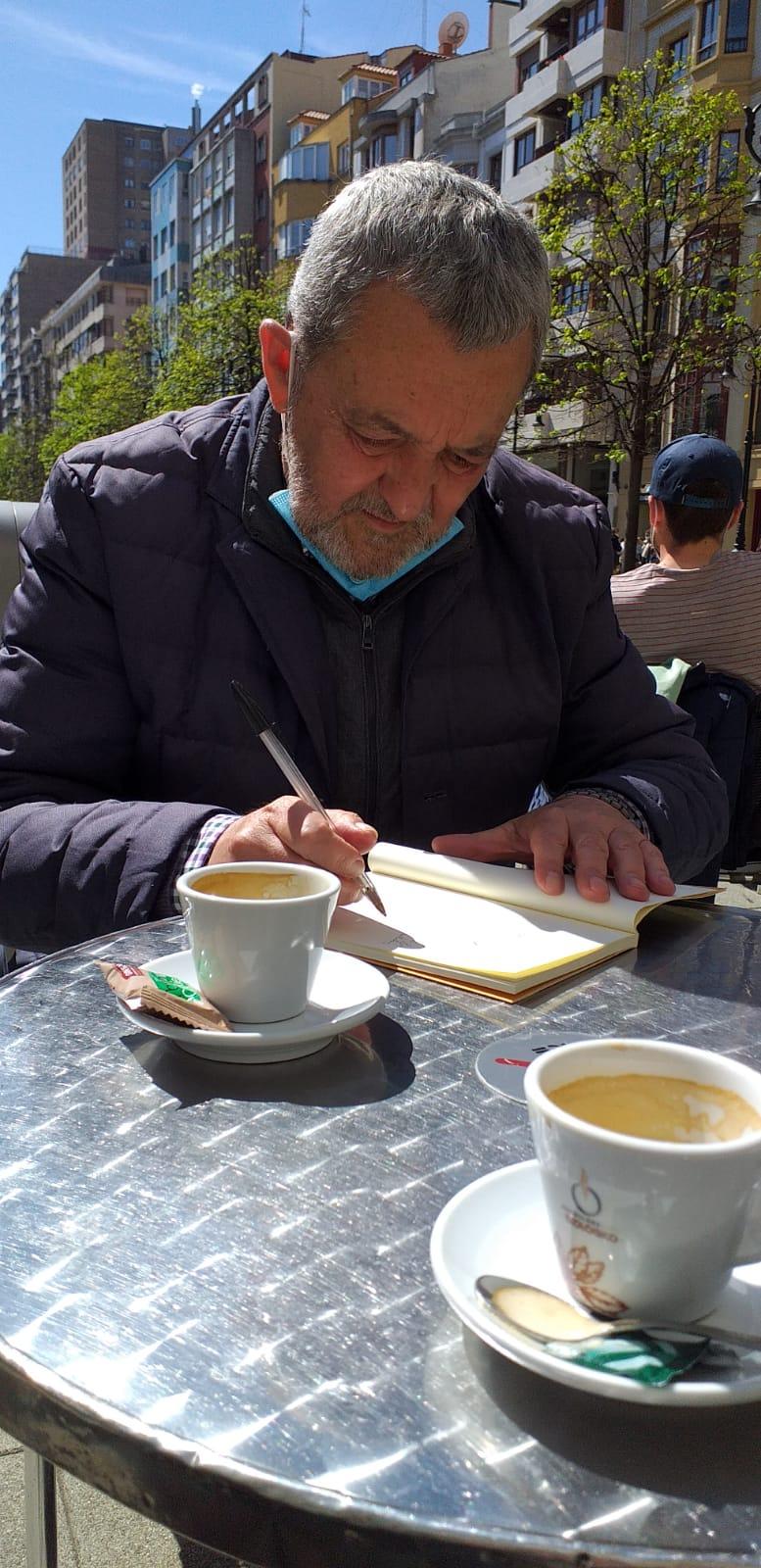 José Luis Argüelles, entre café y café, dedicando su 'Protesta y Alabanza' al autor de esta columna